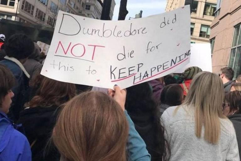 Protestos nos Estados Unidos e em outros lugares do mundo têm placas com referências a Harry Potter