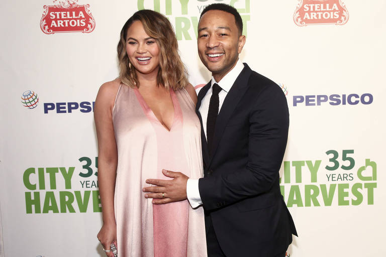 Chrissy Teigen e John Legend participam do City Harvest's 35th Anniversary Gala em Cipriani