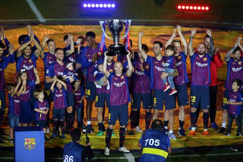 Soccer Football - La Liga Santander - FC Barcelona vs Real Sociedad - Camp Nou, Barcelona, Spain - May 20, 2018   Barcelona's Andres Iniesta and team mates celebrate with the La Liga trophy after the match    REUTERS/Albert Gea ORG XMIT: AI