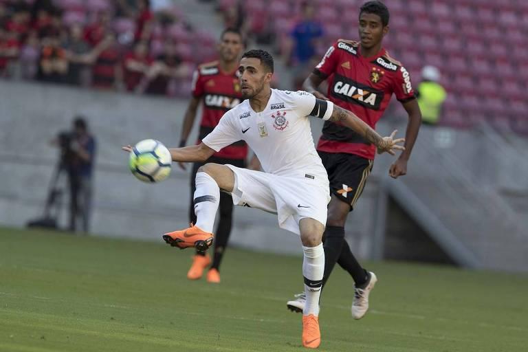 Jogador do Corinthians domina a bola com o pé direito