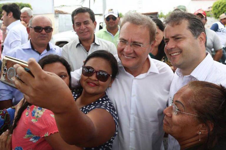 Renan Calheiros e Renan Filho tiram foto com eleitores em bairro de Maceió, em setembro de 2017