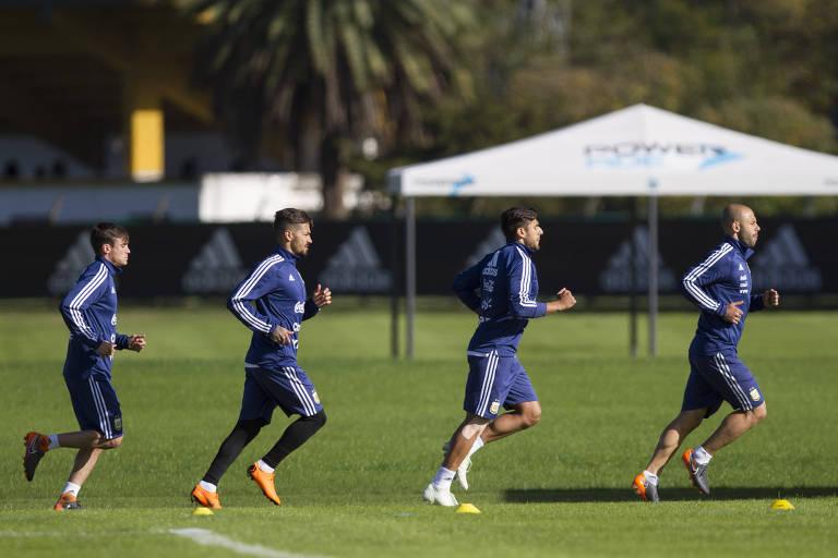 Os jogadores Nicolás Tagliafico, Manuel Lanzini, Eduardo Salvio e Javier Mascherano correm em treino da Argentina para a Copa do Mundo