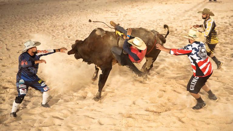 Peão cai de touro em rodeio em Santa Gertrudes, interior de São Paulo