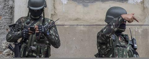 RIO DE JANEIRO - RJ - 27.02.2018 - Soldados do exercito durante operacao na Vila Alianca, na zona Oeste do Rio de Janeiro. (Foto: Danilo Verpa/Folhapress, COTIDIANO)