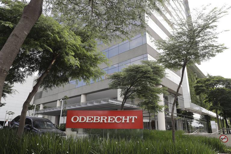 A imagem mostra a fachada do prédio onde fica o escritório da Odebrecht, em São Paulo; na foto, há uma placa vermelha no gramado onde se lê o nome da construtora