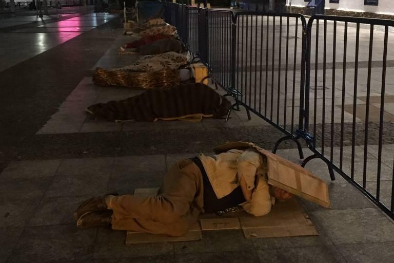 Moradores de rua tentam de proteger do frio com papelões e cobertores no Pateo do Collegio, centro de São Paulo