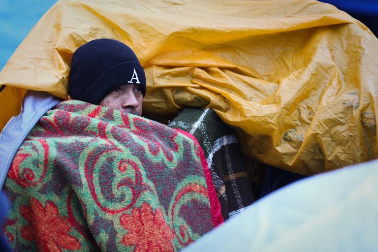 Desabrigados sofrem com a chegada do frio em SP