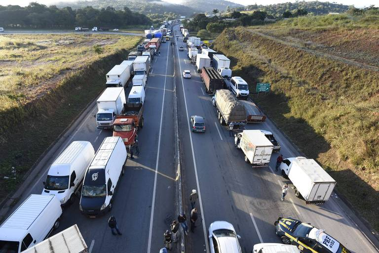 Caminhoneiros fazem manifestação por dez dias e param o país