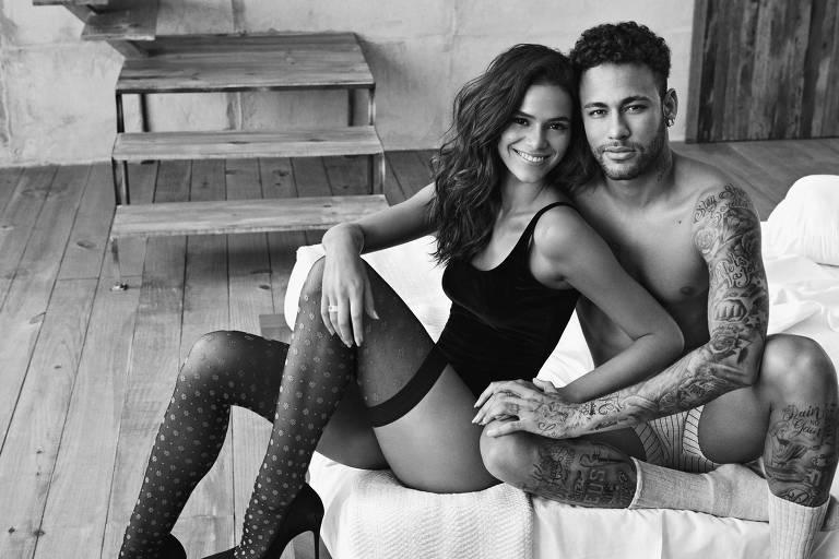 De roupas íntimas, Bruna Marquezine e Neymar posam