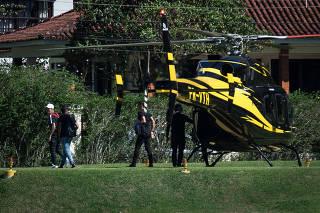 De helicóptero, Neymar chega a Teresópolis com trio para preparação da Copa
