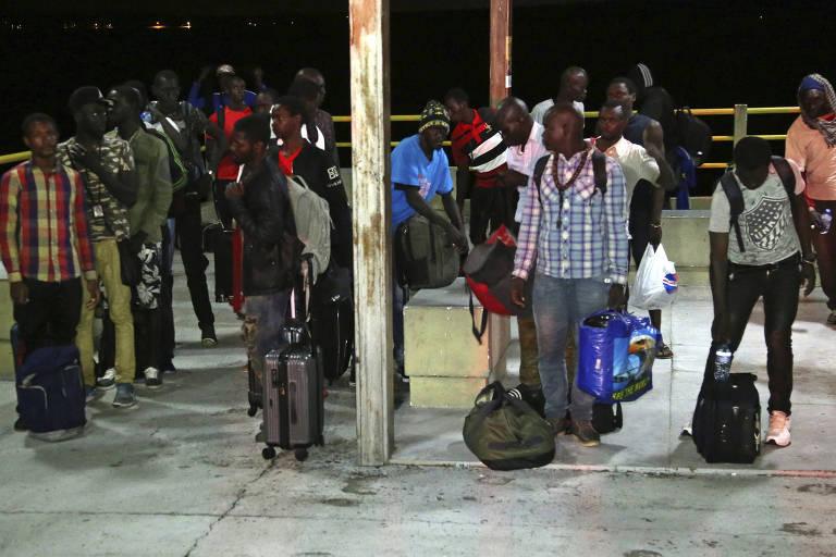 Imigrantes africanos que foram resgatados na costa do Maranhão