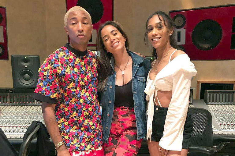 Em Las Vegas para o Billboard Music Awards, Anitta se emocionou ao encontrar o cantor Pharrell Williams e a rapper Bia