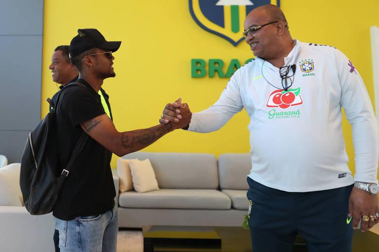 Jogadores da seleção brasileira chegam à Granja Comary