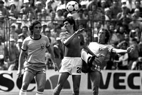 ORG XMIT: 082901_0.tif Paolo Rossi domina bola entre Oscar e Falcão no jogo em que a Itália eliminou a seleção brasileira da Copa do Mundo na Espanha. A Itália venceu o Brasil por 3x2, os três gols de Rossi. Imagem que fez parte da exposição