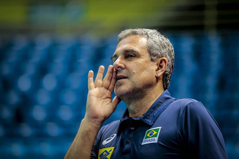 O técnico da seleção feminina de vôlei, José Roberto Guimarães