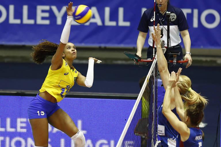 Amanda ataca uma bola no jogo contra a Sérvia pela Liga das Nações