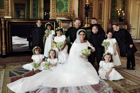 TOPSHOT - A picture released by Kensington Palace on behalf of The Duke and Duchess of Sussex on May 21, 2018 shows Britain's Prince Harry, Duke of Sussex, (CL) and his wife Meghan, Duchess of Sussex, (CR) posing for an official wedding photograph with (L-R back row) Master Brian Mulroney, Miss Remi Litt, Miss Rylan Litt, Master Jasper Dyer, Prince George of Cambridge, Miss Ivy Mulroney, Master John Mulroney and (L-R front row) Miss Zalie Warren, Princess Charlotte of Cambridge and Miss Florence van Cutsem in the Green Drawing Room, Windsor Castle, in Windsor on May 19, 2018.  / AFP PHOTO / KENSINGTON PALACE / Alexi Lubomirski / RESTRICTED TO EDITORIAL USE - MANDATORY CREDIT