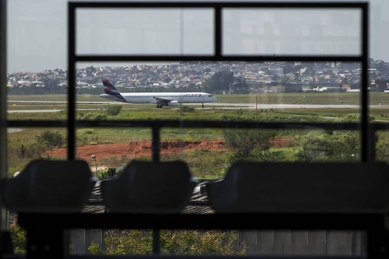 Avião taxia no aeroporto de Guarulhos