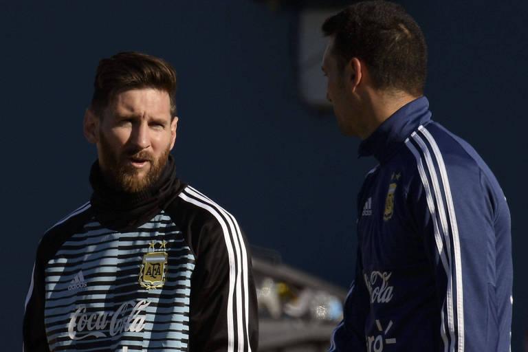 Lionel Messi conversa com o assistente técnico Lionel Scaloni durante treino da Argentina, em Buenos Aires