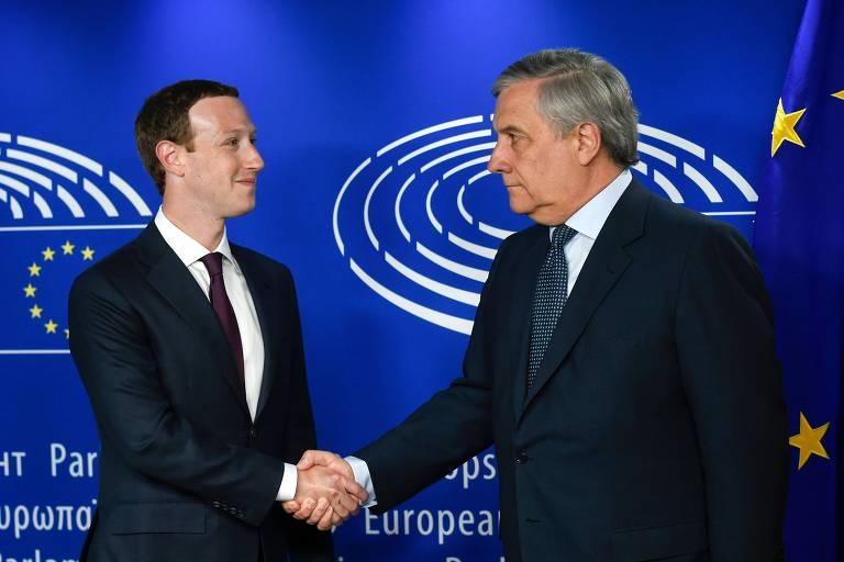 O fundador do Facebook, Mark Zuckerberg, cumprimenta o presidente do Parlamento Europeu, Antonio Tajani, em Bruxelas