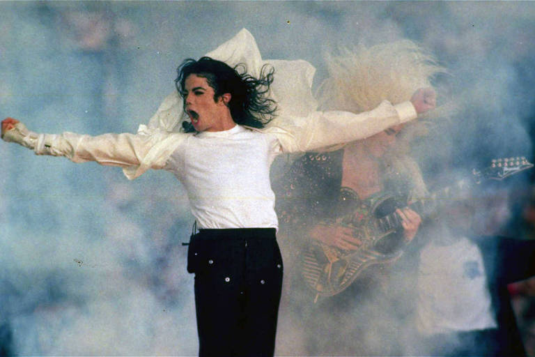 O cantor Michael Jackson durante apresentação no Super Bowl 27 em Pasadena