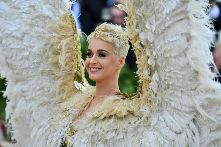 Usando asas, Katy Perry chega ao tapete vermelho do Met Gala, em Nova York