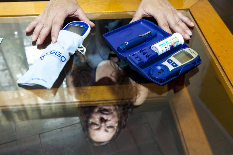 Paciente com diabetes exibe medidores de glicemia