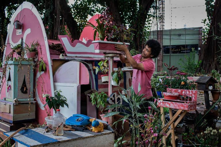 O morador de rua Ivan Carlos da Silva Lima, 44, em praça da Vila Olímpia, onde construiu sua moradia
