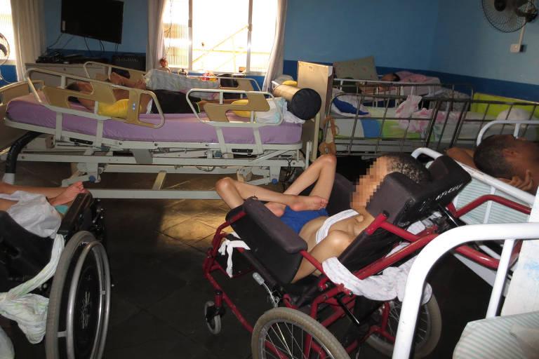 Imagem de relatório da Human Rights Watch, que mostra más condições de abrigos para pessoas com deficiência em estados brasileiros
