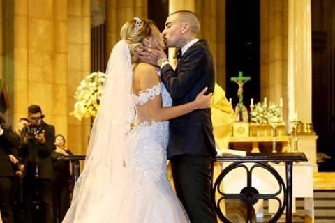 Lexa e MC Guimê se beijam após bênção do padre Fábio de Melo na Catedral da Sé
