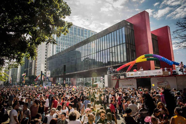 Concentração da Parada Gay de 2017 diante do Masp, na av. Paulista