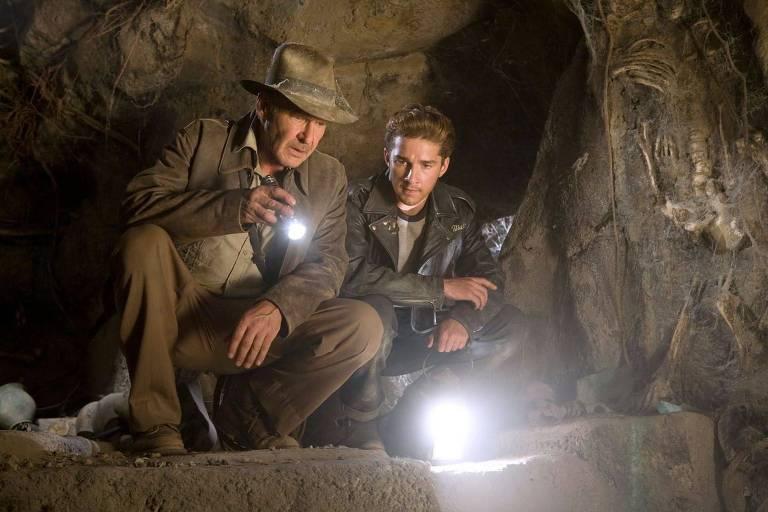 """Os atores Harrison Ford (à esq.) Shia LaBoef em cena do filme """"Indiana Jones"""""""