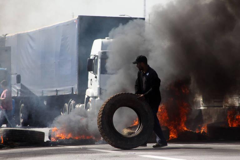 Caminhoneiro fez barricada na Régis Bittencourt, na altura de Embu das Artes (SP), durante protesto na terça-feira (23)