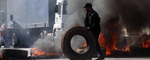 SÃO PAULO,SP,22.05.2018:PROTESTO-CAMINHONEIROS-RÉGIS-BITTENCOURT - Caminhoneiros bloqueiam a Rodovia Régis Bittencourt, nos dois sentidos, incendiando uma barricada de pneus, na altura de Embu das Artes (SP), nesta terça-feira (22), segundo dia seguindo de protestos contra a alta do preço dos combustíveis. A interrupção na via causa trânsito de cerca de 3,5 km tanto no sentido Curitiba quanto no sentido São Paulo. O trânsito do Rodoanel também foi prejudicado. (Foto: Everaldo Silva/Futura Press/Folhapress) ***PARCEIRO FOLHAPRESS - FOTO COM CUSTO EXTRA E CRÉDITOS OBRIGATÓRIOS***
