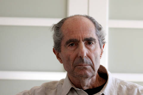 FILE PHOTO - Author Philip Roth poses in New York September 15, 2010.   REUTERS/Eric Thayer/File Photo ORG XMIT: SIN803