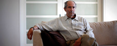 FILE PHOTO - Author Philip Roth poses in New York September 15, 2010.  REUTERS/Eric Thayer/File Photo ORG XMIT: SIN801