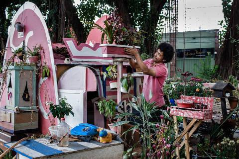 SÃO PAULO, SP, BRASIL, 08-05-2018: Retrato do morador de rua Ivan Carlos da Silva Lima, 44, na praça Edgar Hermelindo Leite, onde construiu sua casa. (Foto: Eduardo Anizelli/ Folhapress, COTIDIANO) ***EXCLUSIVO***
