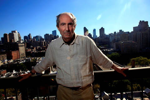 FILE PHOTO - Author Philip Roth poses in New York September 15, 2010.  REUTERS/Eric Thayer/File Photo     TPX IMAGES OF THE DAY ORG XMIT: SIN800