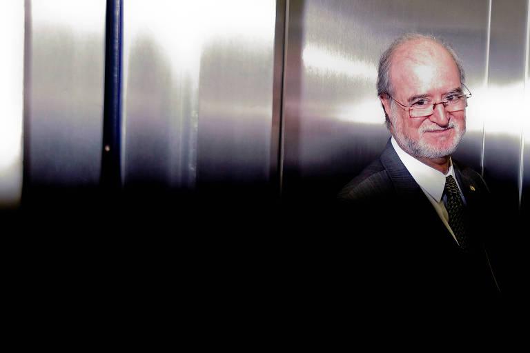 Eduardo Azeredo está dentro de um elevador; ele deixa o plenário da Câmara após desistir de fazer seu discurso de defesa do caso do mensalão tucano; ele renunciou ao cargo em 2014
