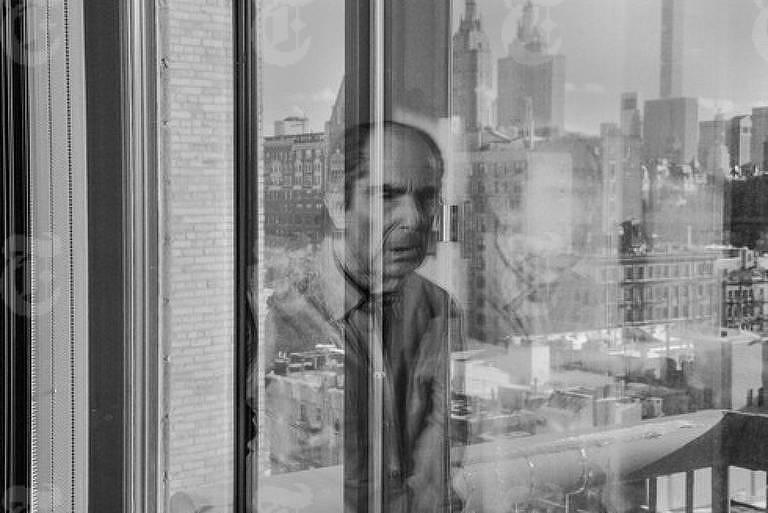 Philip Roth em seu apartamento, em Manhattan