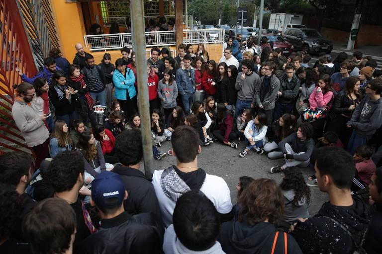 Professores de escolas particulares realizam aula pública nesta quarta (23) na praça Elis Regina, no Butantã, em São Paulo