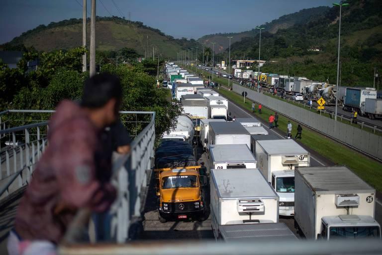 Caminhões parados bloqueiam a Santos Dumont perto de Magé, no Rio