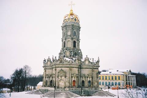 Igreja da Nossa Senhora do Sinal, em Dubrovitsy, a cerca de 40 quilômetros de Moscou, tem uma coroa no lugar da tradicional cúpula dourada