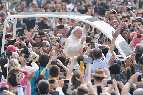 Pope Francis greets the crowd from the popemobile during a weekly general audience at St Peter's square on May 9, 2018 in Vatican.  / AFP PHOTO / Tiziana FABI