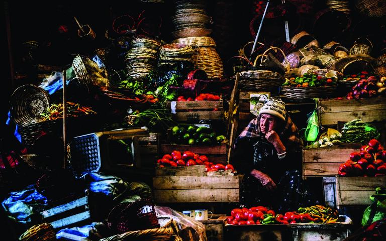 Feirante no mercado central de Sucre, na Bolívia
