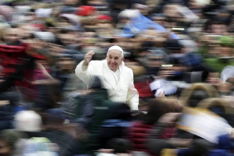 Papa Francisco passa de Papamóvel, cumprimentado o público, que lota a praça de São Pedro no Vaticano