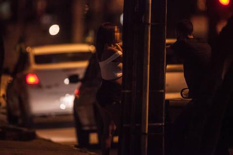 *** GAROOTA*** RECIFE, PE, BRASIL, 07-05-2018, 01h00, ESPECIAL PROSTITUICAO INFANTIL: Carros fazem fila para abordar prostitutas durante a madrugada na Avenida Conselheiro Aguiar, no Bairro de Boa Viagem, em Recife. (Foto: Ricardo Nogueira/Folhapress) ***ESPECIAL***exclusivo Folha*** ORG XMIT: AGEN1805081218820866