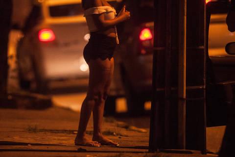 RECIFE, PE, BRASIL, 07-05-2018, 01h00, ESPECIAL PROSTITUICAO INFANTIL: Carros fazem fila para abordar prostitutas durante a madrugada na Avenida Conselheiro Aguiar, no Bairro de Boa Viagem, em Recife. (Foto: Ricardo Nogueira/Folhapress) ***ESPECIAL***exclusivo Folha***