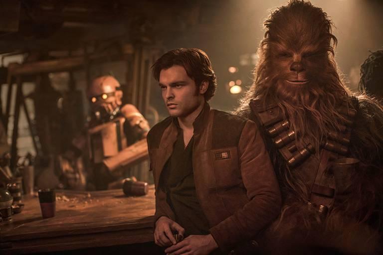 Alden Ehrenreich, que interpreta o contrabandista Han Solo na juventude, e Joonas Suotamo, que vive o amigo dele, Chewbacca