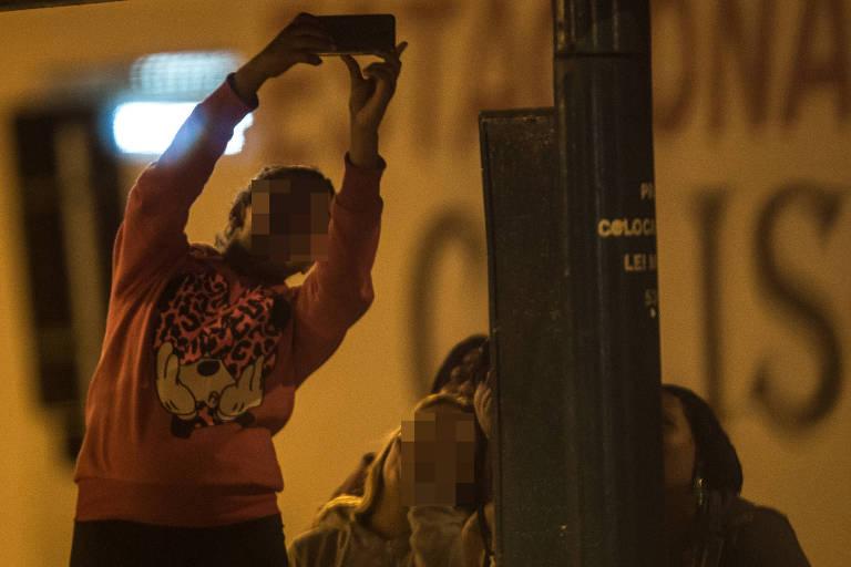 Meninas fazem selfie na região da praça José Bonifácio, no centro de Santos, litoral sul de São Paulo; o rosto delas aparece manchado, para não identificá-las